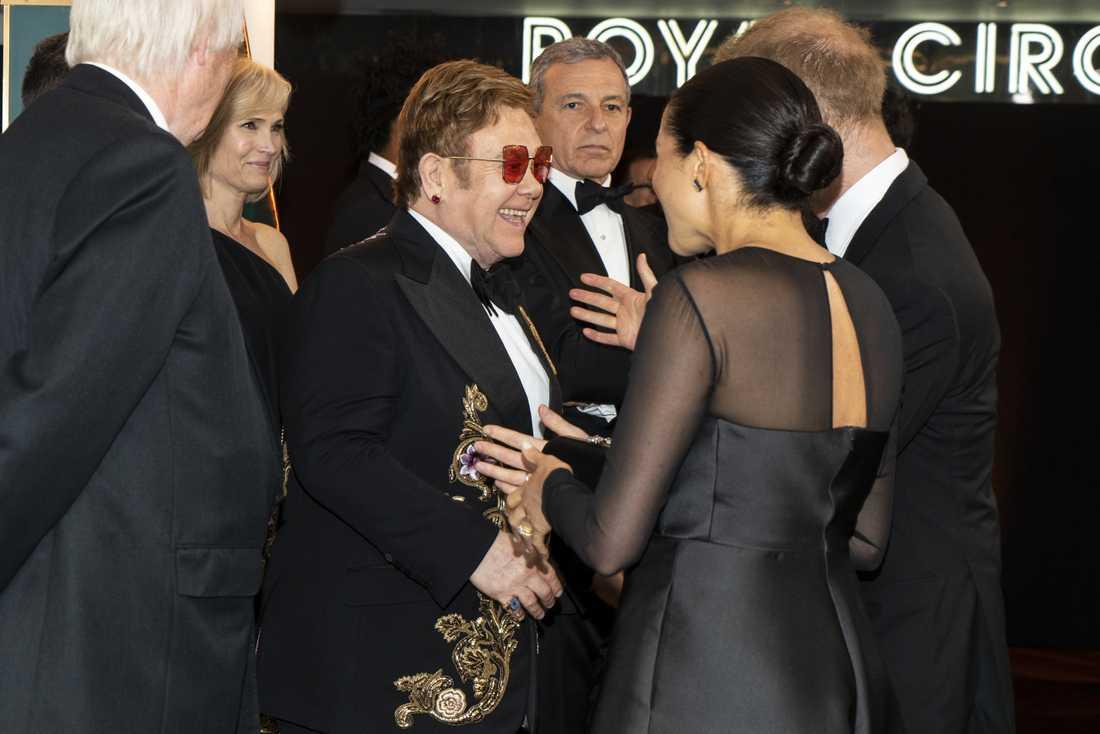 Elton John, Prins Harry och Meghan vid den europeiska premiären av Lejonkungen.