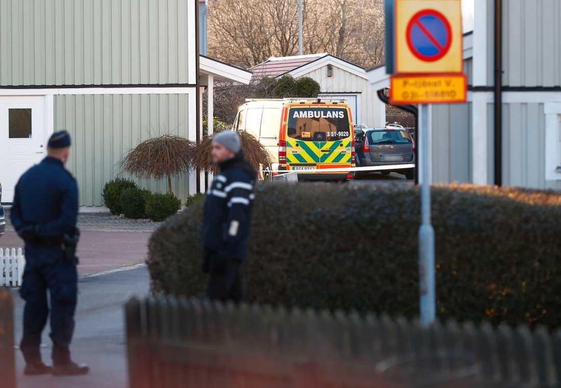 Mannen attackerade ambulanspersonal i ett villaområde utanför Göteborg.