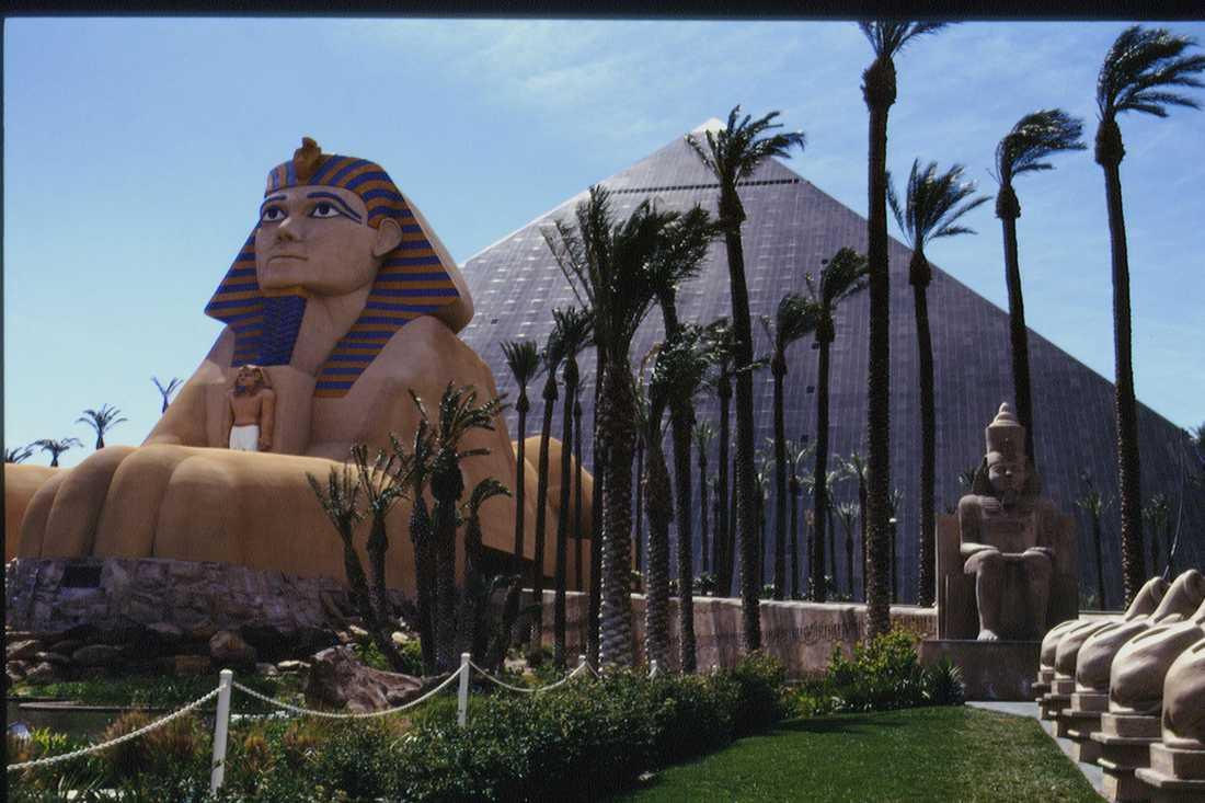 Luxor Luxor är designat som en pyramid, med en stor sfinx utanför. Med 4 400 rum är det Las Vegas näst största (MGM Grand är störst), och det tredje största i världen.
