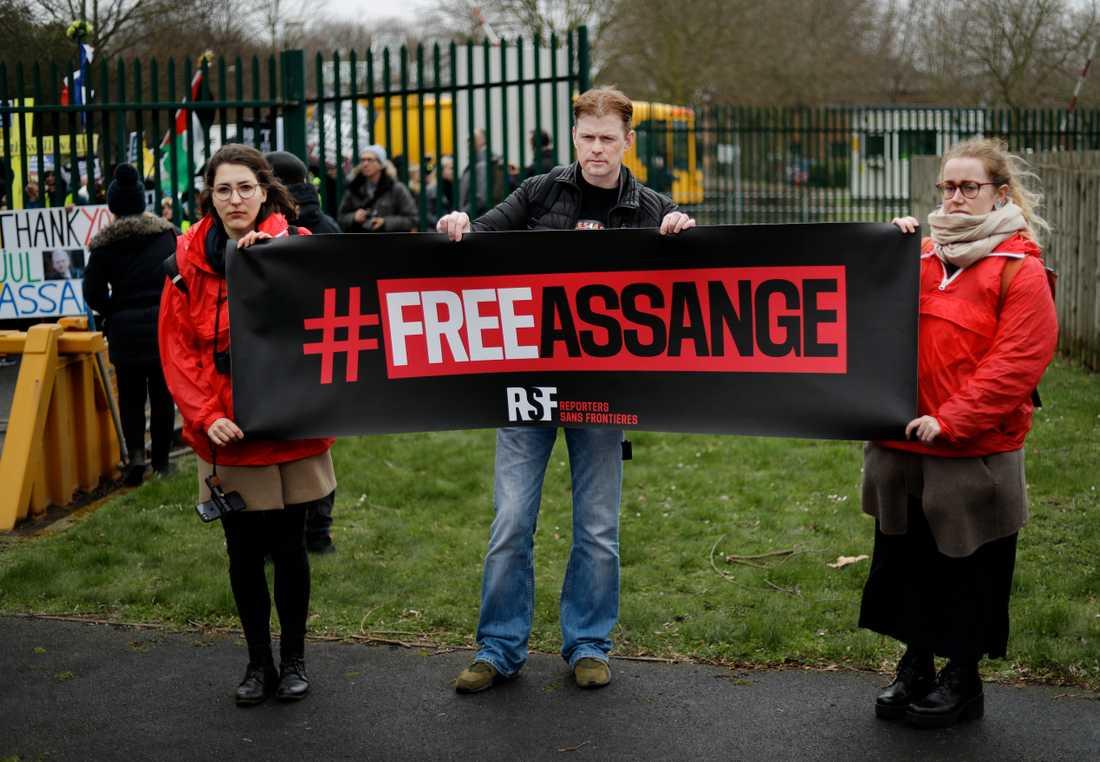 Organisationen Reportrar utan gränser protesterade utanför rätten i London på måndagen.