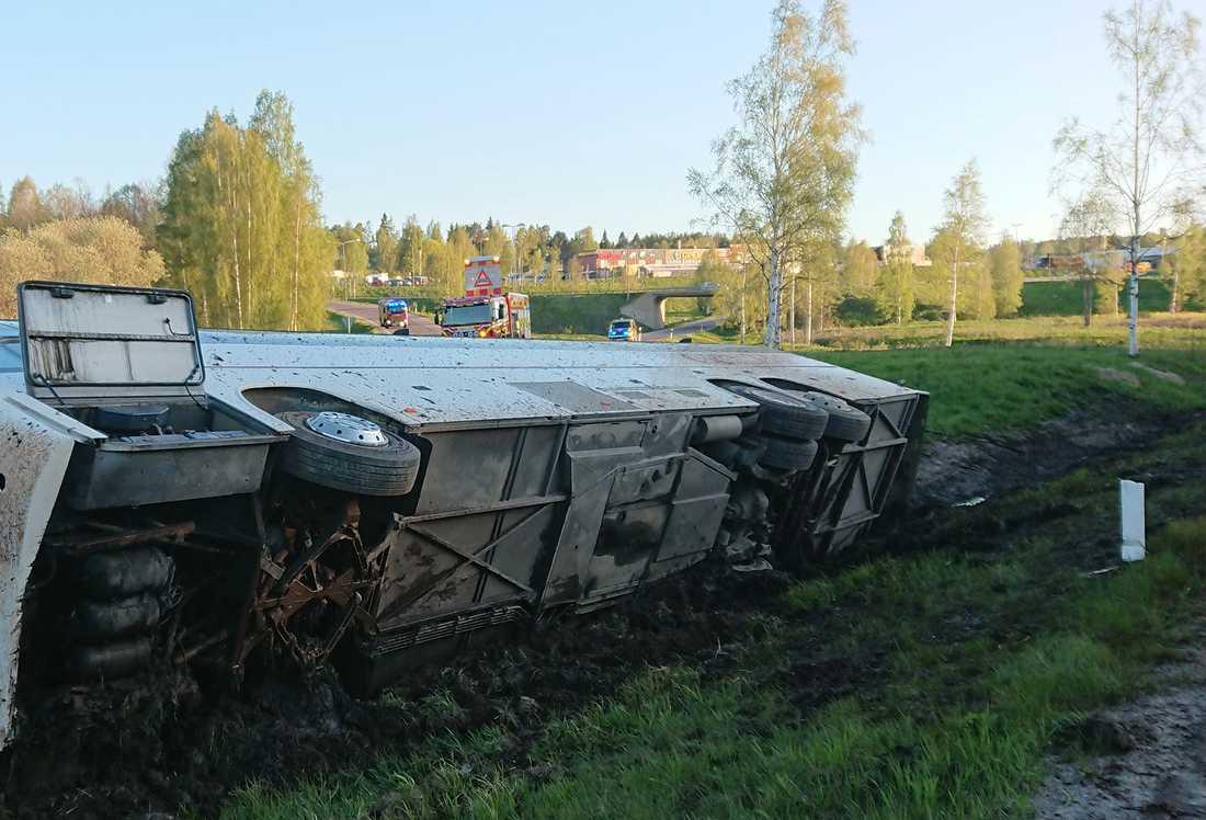 En buss har vält på E4 utanför Sundsvall.