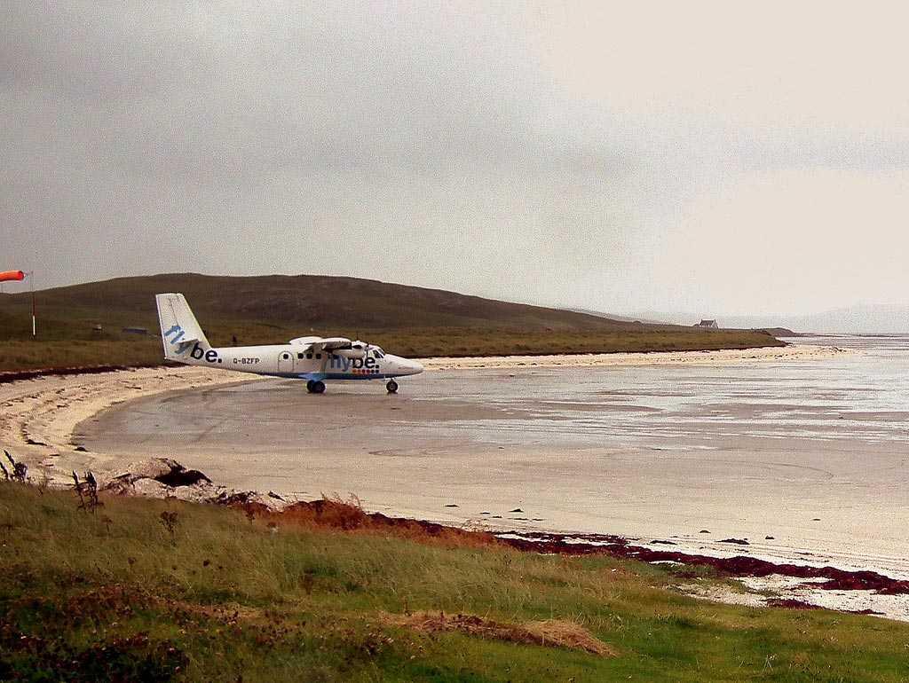 Barra Airport, Barra i Skottland Världens enda flygplats där reguljärt flyg landar på en strand. Pålar markerar landningsbanan och det gäller att tidtabellerna är korrekta i förhållande till tidvattnet.