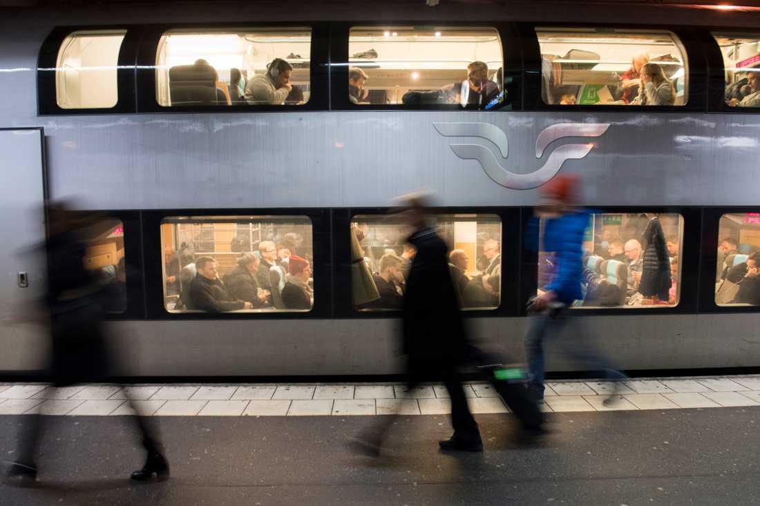Pendlare på ett av SJ:s regionaltåg. Kommunpolitiker i flera stora städer oroas av beskedet att Mälardalstågen ska sluta gå. Arkivbild.