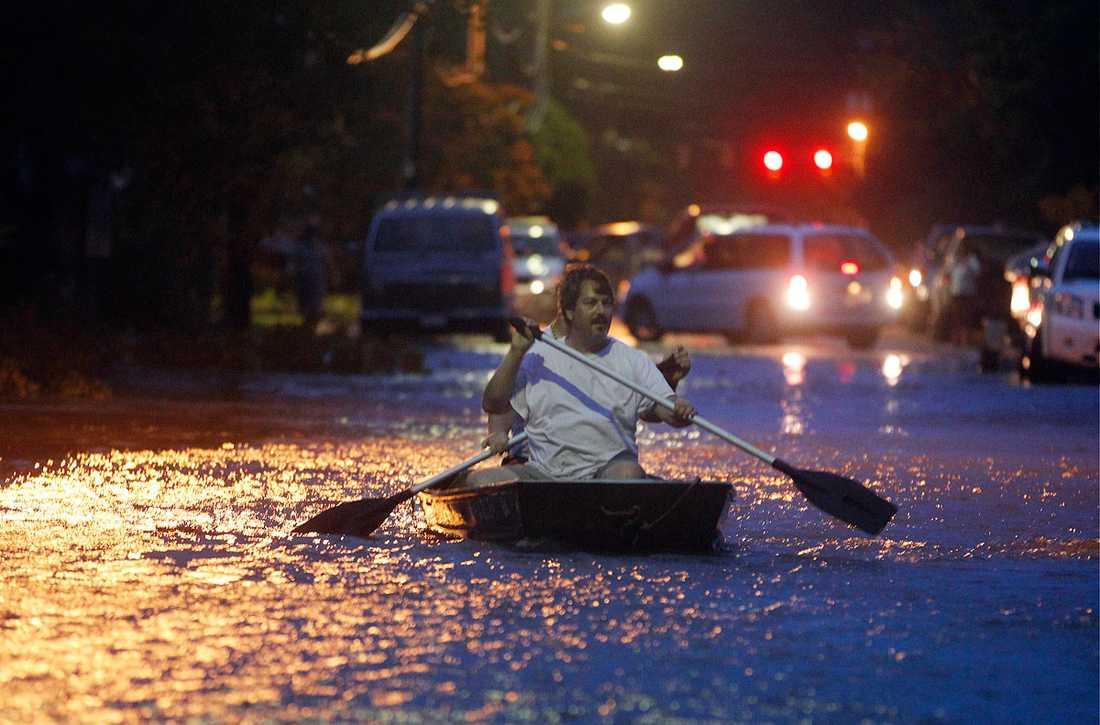 Monteo, North Carolina: Två män paddlar genom staden.