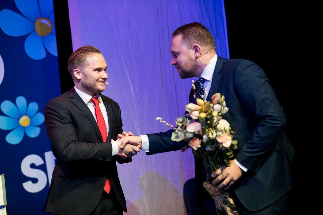 Tillträdande riksdagsgruppledare Henrik Vinge (SD) tackar av den avgående gruppöedaren Mattias Karlsson (SD) under Sverigedemokraternas landsdagar i Örebro.