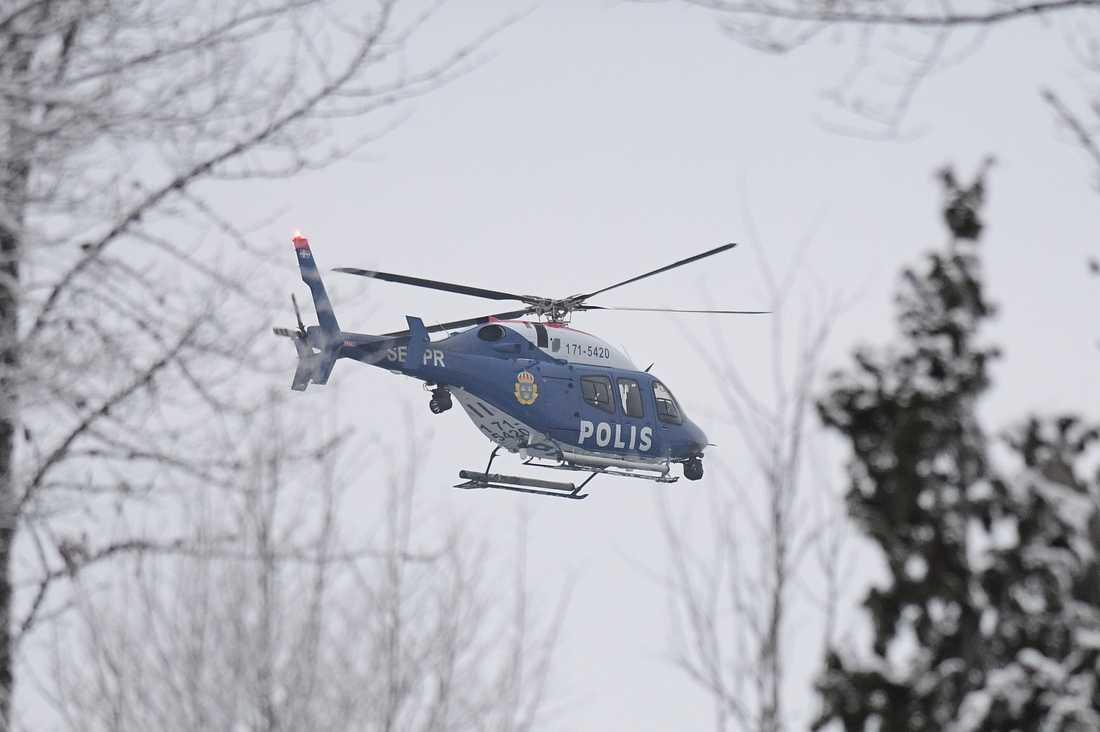 Flera helikoptrar deltog i sökandet efter skoterföraren. Arkivbild.