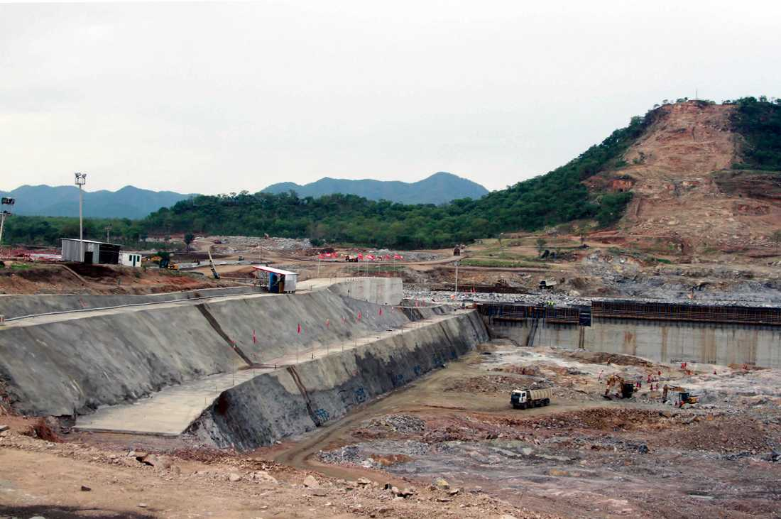 Vattenkraft är en av Etiopiens viktigaste naturtillgångar. Bygget av kontinentens största vattenkraftsdamm har dock rört upp ilska nedströms, där man är oroade över minskade vattenflöden när dammen ska fyllas. Arkivbild från bygget 2013.