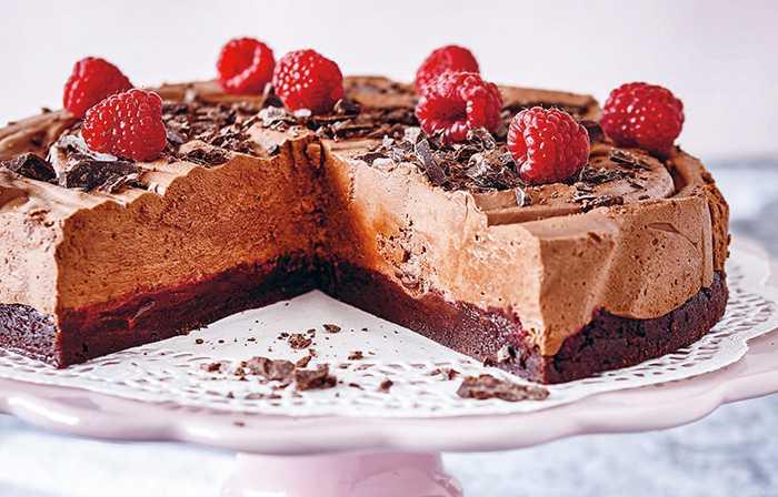 Chokladmoussetårta med hallon.