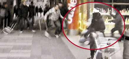 anfaller Nämndemannen Lilly Näslund greppar uteserveringens stol och slungar den mot den civilklädda polismannen.