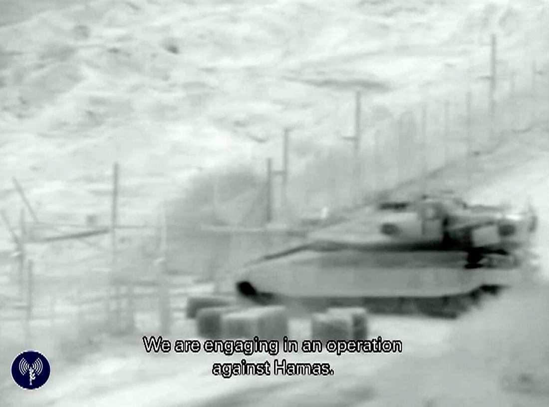 Stridsvagn på väg in i Gaza.