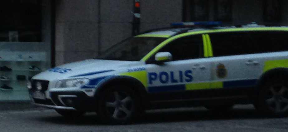 Polisbil utanför adressen där det misstänkta brottet ägt rum