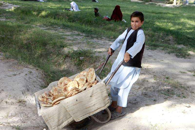 Afghansk pojke med brödvagn.
