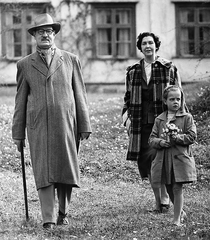Sven Stolpe med hustrun Karin och dottern Lisette (Alex Schulmans mor) utanför hemmet Valåsen herrgård 1959.