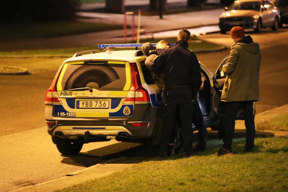 En person grips av polisen.