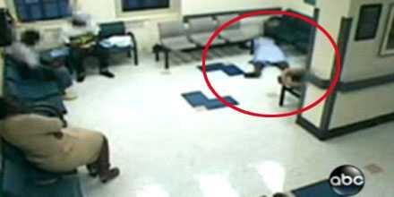 Den 49-åriga kvinnan dog i sjukhusets väntrum. I en timme blev hon liggande innan personalen tog notis om henne.