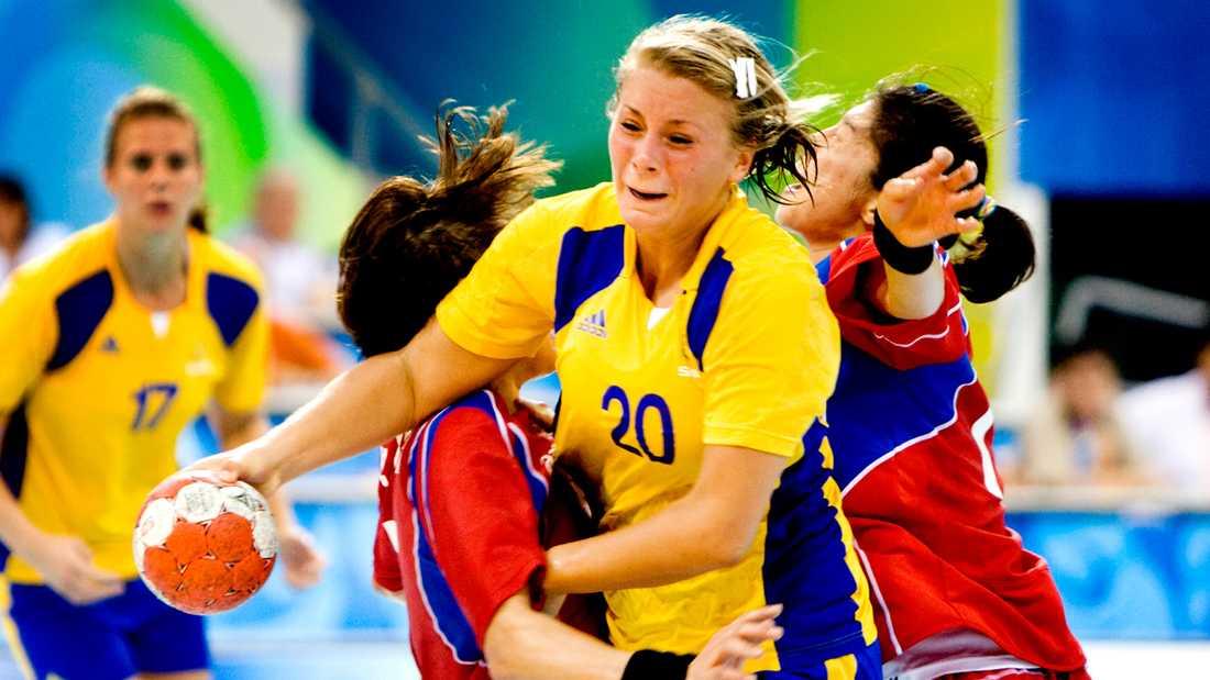 Gulldén försöker bryta sig igenom det koreanska försvaret under OS i Peking 2008.