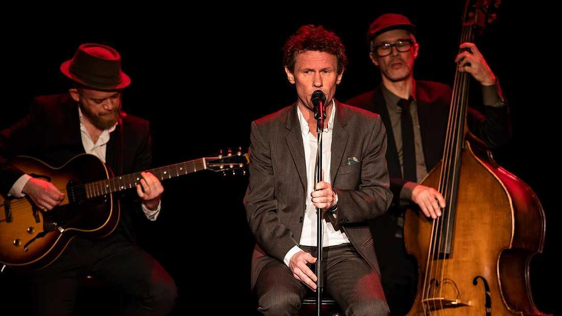 Mannen i mitten är Bo Sundström. Han är född för att sjunga jazz på svenska.