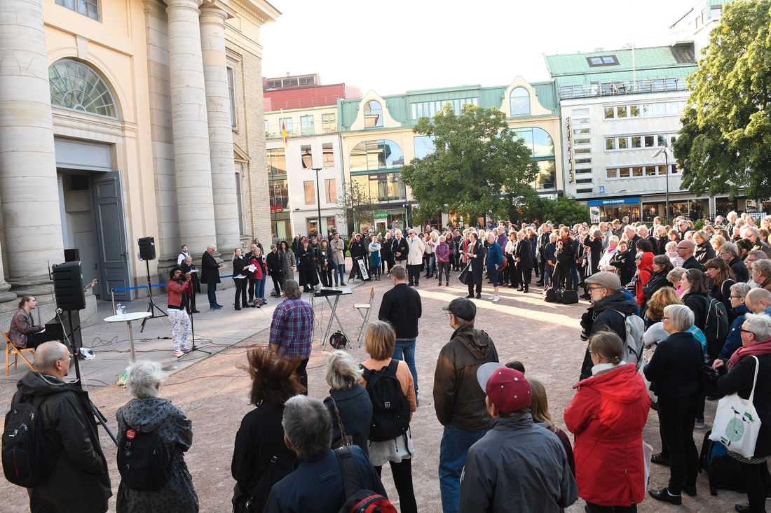Manifestation mot rasism utanför domkyrkan i Göteborg på lördagen.