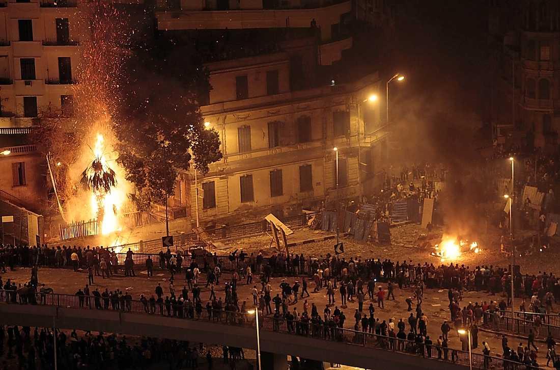 Tahrirtorget stod i lågor när demonstranterna drabbade samman med våldsamma Mubarakanhängare.