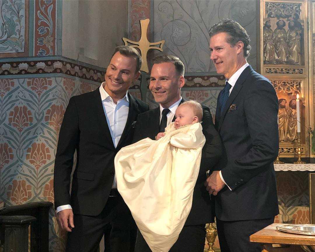Magnus Carlsson och Nicklas Kulti som är faddrar till Alvin samt Magnus Carlssons make Mats Carlsson.