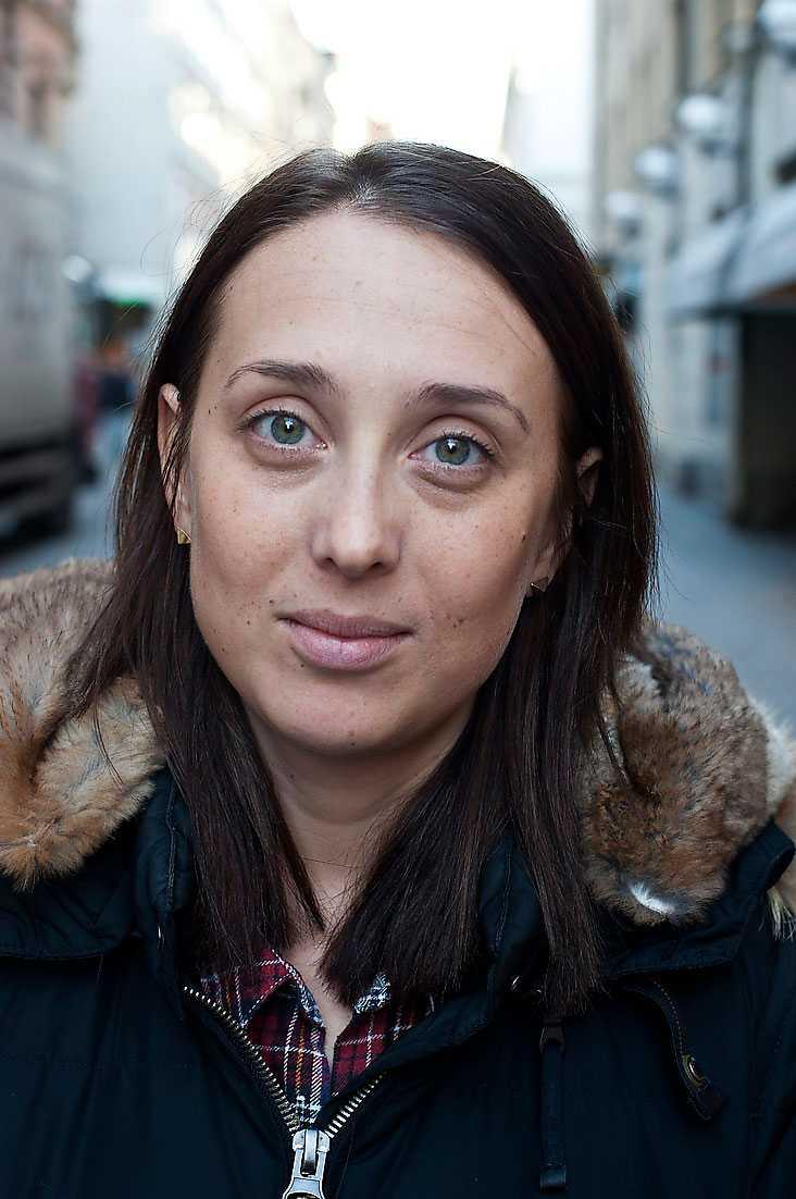 Känner du dig rädd när du går i mörker? Minna Johansson, 28, produktionsledare, Stockholm: –Ja, det gör jag verkligen. Mycket för att jag har hört om andra som har blivit förföljda eller känt sig förföljda. Jag har haft ett sådant där larm som man drar ut och som tjuter. Annars försöker jag röra mig där det finns belysning och i sällskap av kompisar. Ibland tar jag taxi.