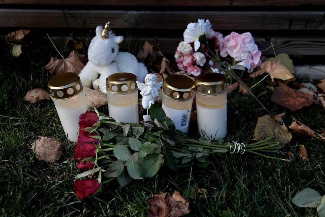 Många har tänt ljus och lämnat blommor på platsen.