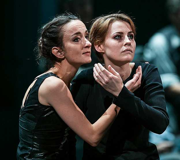 """Sara Suneson och Edda Magnason i """"De sju dödssynderna""""."""