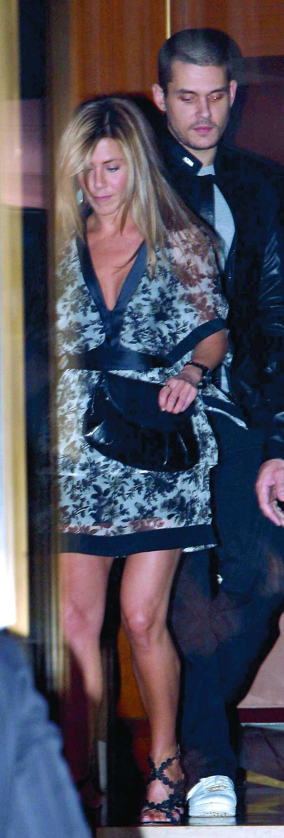 Förra tisdagen siktades det återförenade paret Aniston/Mayer i entrén till Sunset towers hotel i West Hollywood.
