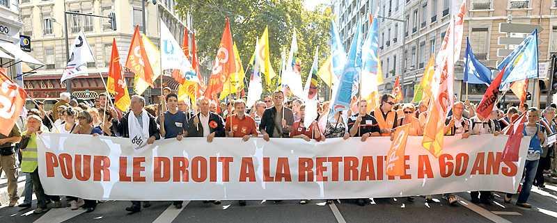 i skuggan av underskotten I går demonstrerade människor i Lyon, Frankrike, mot planerna på att höja pensionsåldern.