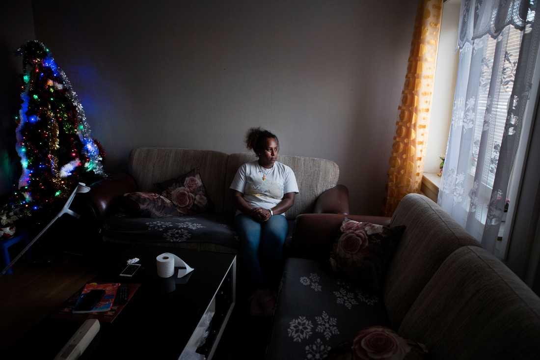 – Här sitter jag och får ingenting att fungera, säger Tirhas Ghide som ursprungligen kommer från Eritrea. Hon har bott i Skellefteå och Österåker kommun innan hon flyttade till Kramfors. I dag har hon fått hjälp med att flytta in till de centrala delarna av Kramfors, eftersom orten Herrskog där hon först hamnade saknar service och heltäckande kollektivtrafik.
