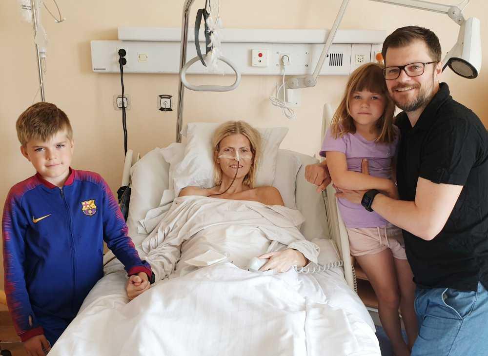 Terese Alvén på sjukhuset tillsammans med maken Glenn, sonen Charles och dottern Tilde.