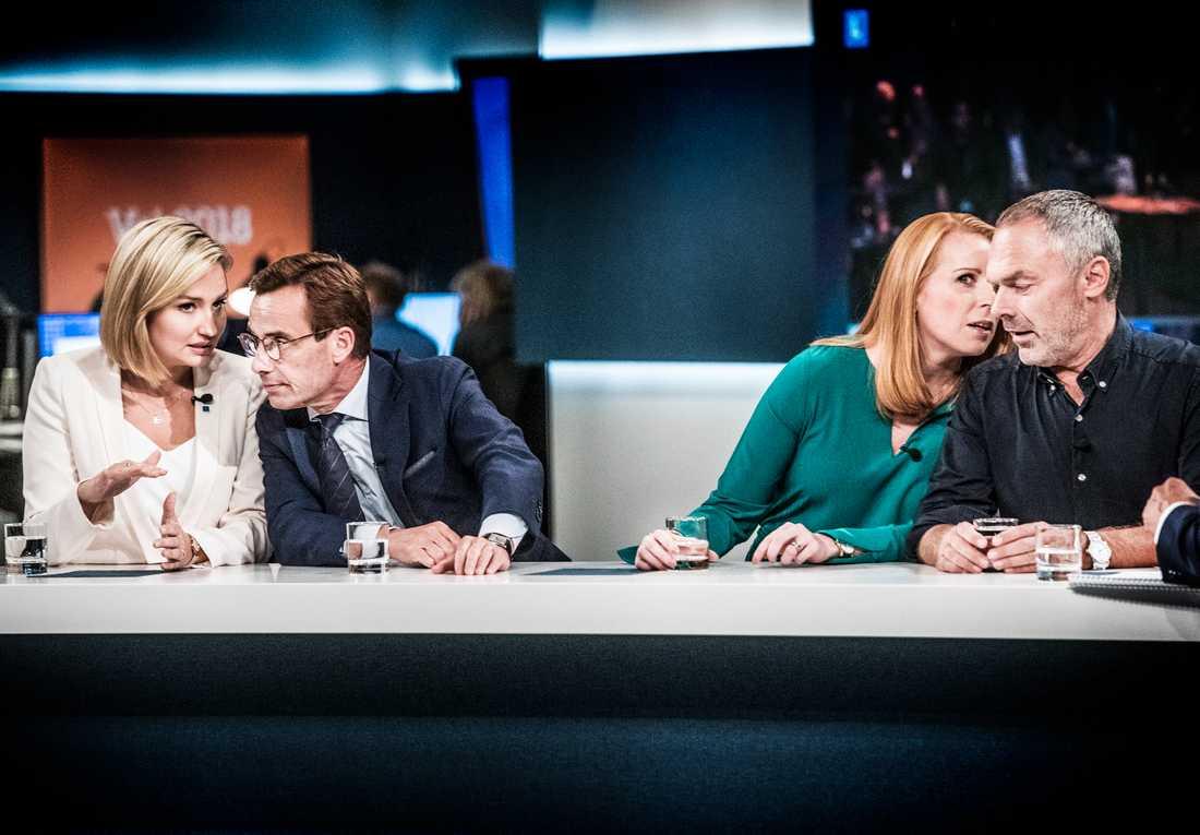 Alliansens partiledare Ebba Busch Thor (KD), Ulf Kristersson (M), Annie Lööf (C) och Jan Björklund (L) viskar med varandra på SVT:s valvaka. Arkivbild.