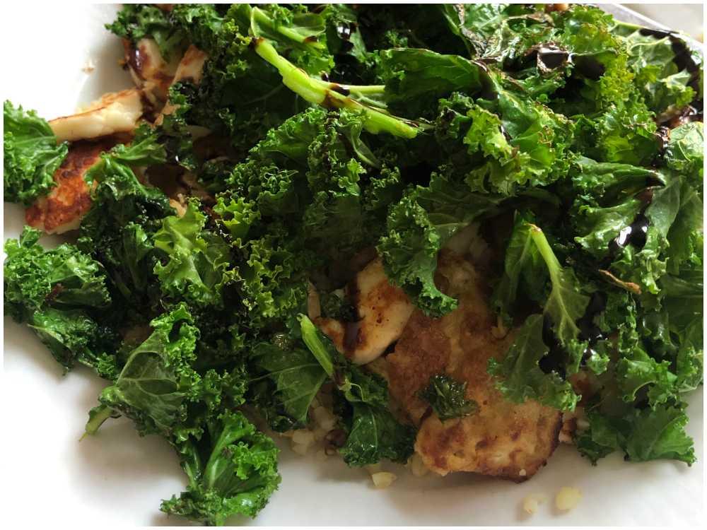 Härliga smaker av grönkål, balsamvinäger och fetaost.