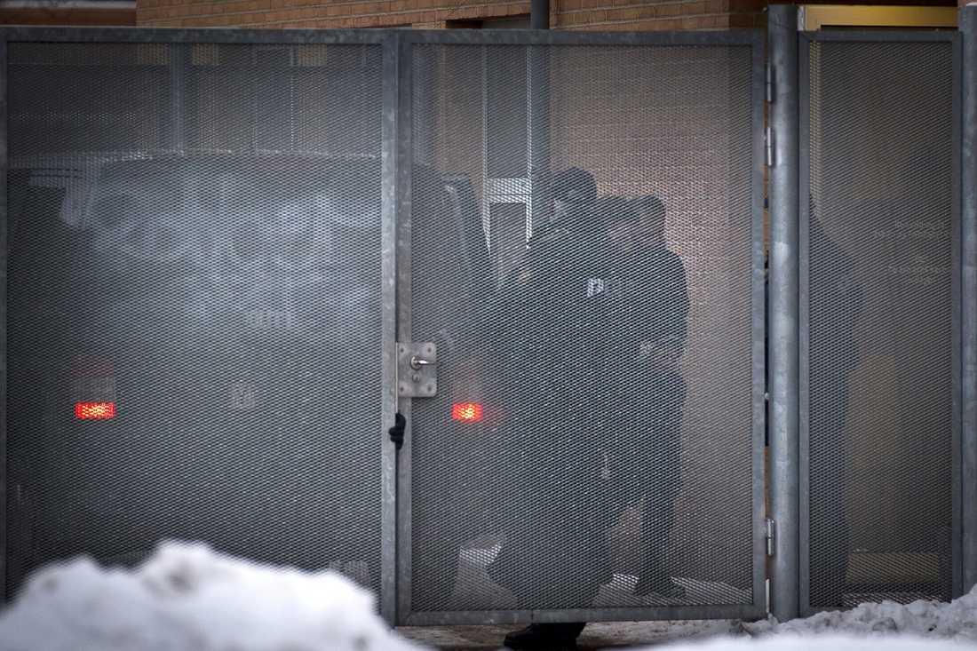 häktade Under ett rigoröst säkerhetspådrag fördes de terrormisstänkta svenskarna in i byretten i Glostrup. Munir Awad, 29, Omar Abdalla Abeoelazm, 30 och Mounir Dhahri, 44, |häktades misstänkta för att ha planerat ett blodbad på Jyllands-Posten.
