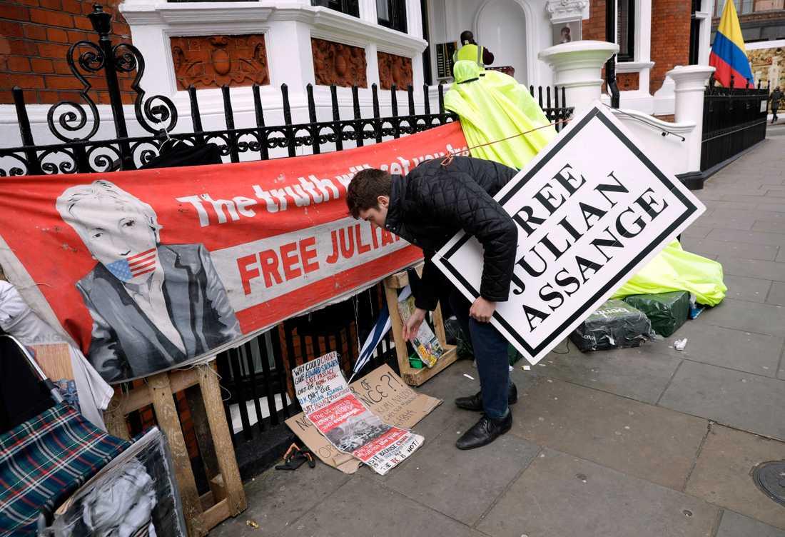 Protester utanför Ecuadors ambassad efter gripandet av Julian Assange.