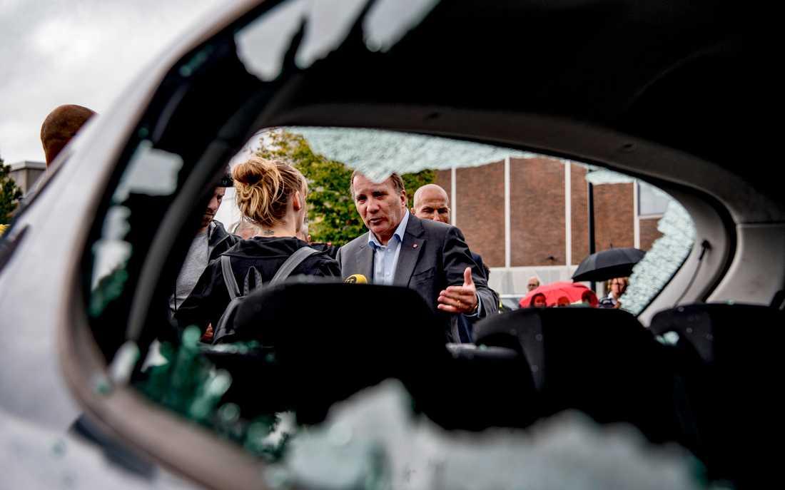 Statsminister Stefan Löfven besökte förödelsen vid Frölunda torg efter gårdagens många bilbränder.