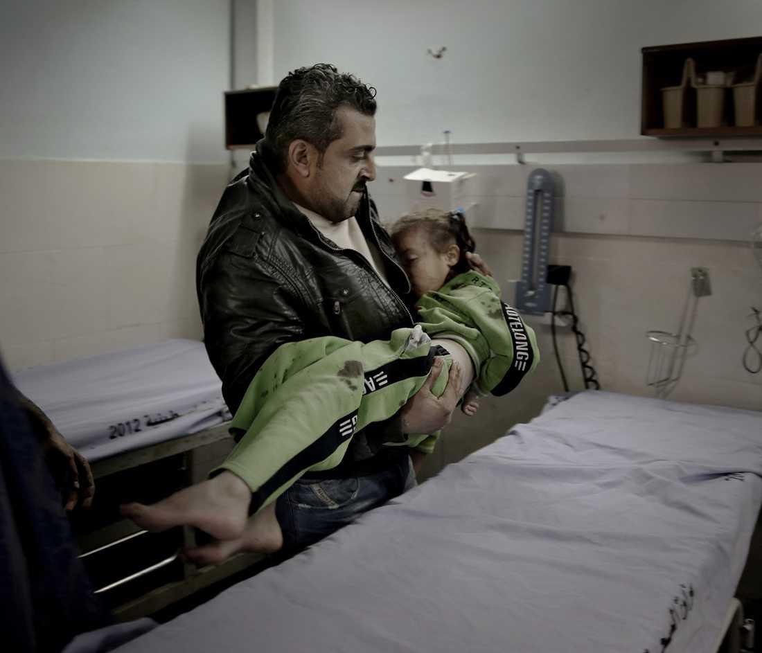 Vapenvilan skulle vara nära. Istället ökade Israel sitt angrepp mot Gaza. På Al-Shifa-sjukhuset i Gaza City, där Magnus Wennman befann sig, tycktes strömmen av sönderslitna kroppar aldrig vilja sina.