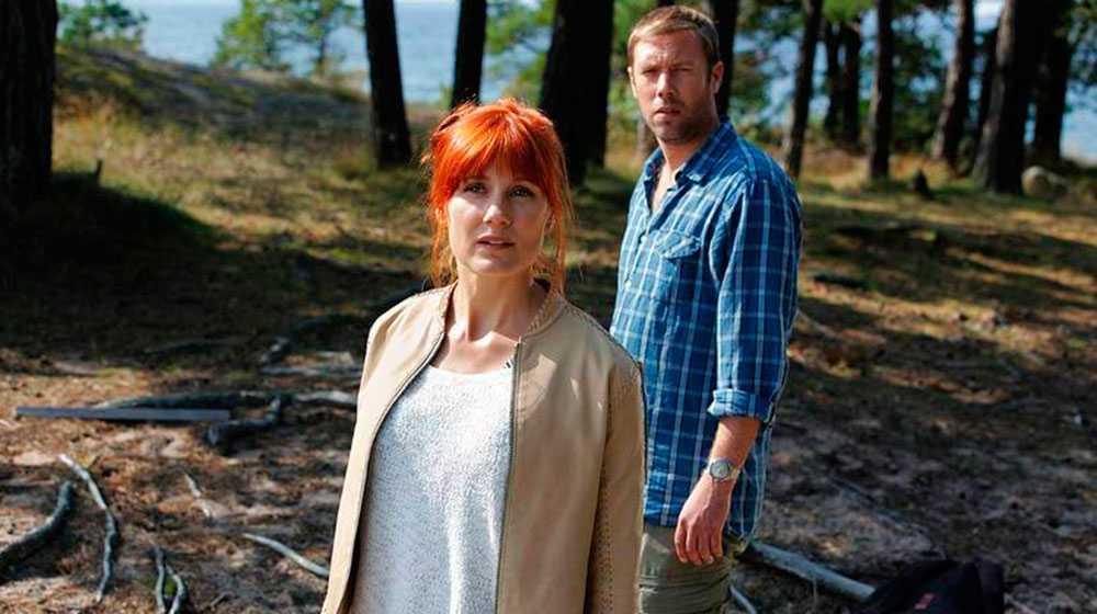 "Sandra Andreis och Jakob Cedergren i ""Morden i Sandhamn""."