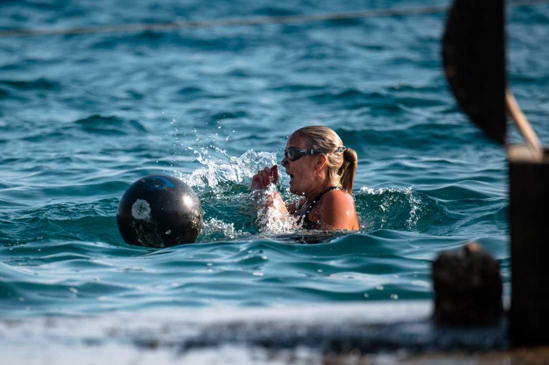 """""""Den största skräcken jag varit med om"""", Josefine Öqvist tvingades dyka nästan tre meter under vattenytan i vågorna."""