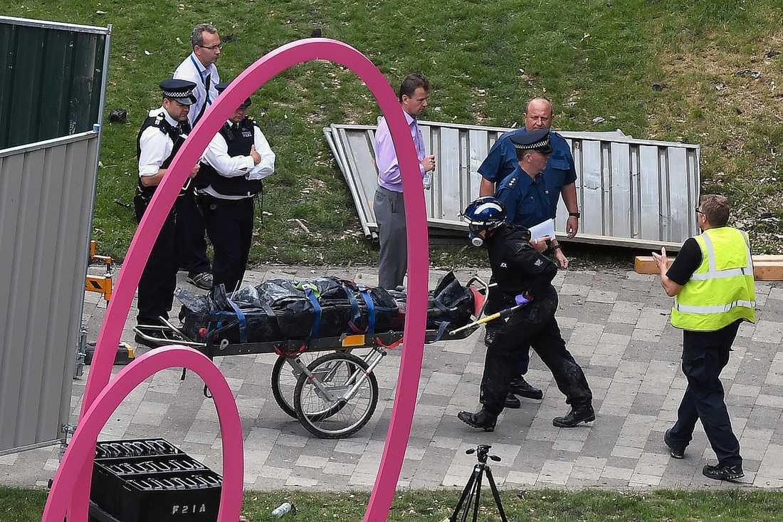 Räddningstjänst rullar ut ett offer för branden i Grenfell Tower i  London.