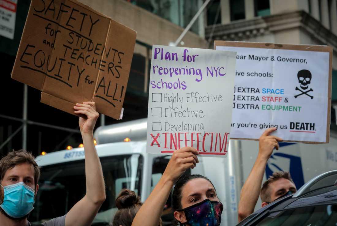 Föräldrar, lärare och elever protesterar i New York. De vill inte att skolorna ska öppna för undervisning på plats igen.