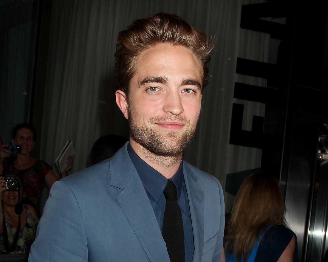 Robert Pattinson överväger att fortsätta göra rollen som Edward.