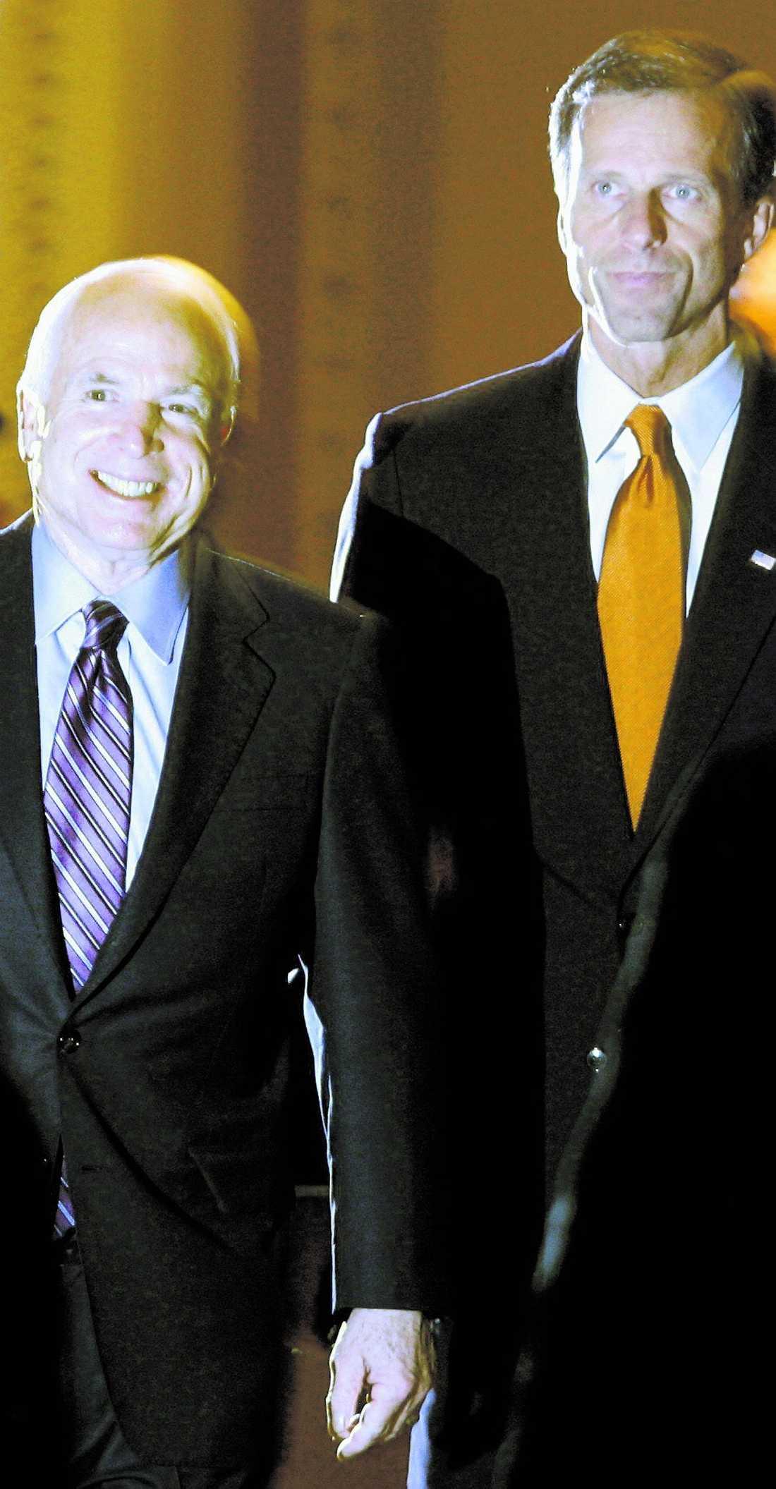 NÖJD Republikanernas presidentkandidat John McCain på väg in i amerikanska senaten tillsammans med senator John Thune. McCain röstade i natt ja till räddningsplanen.