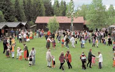 Risk för regn Om du inte ska dansa runt en stång i Götaland kan det vara en bra idé att ta med regnkläder.