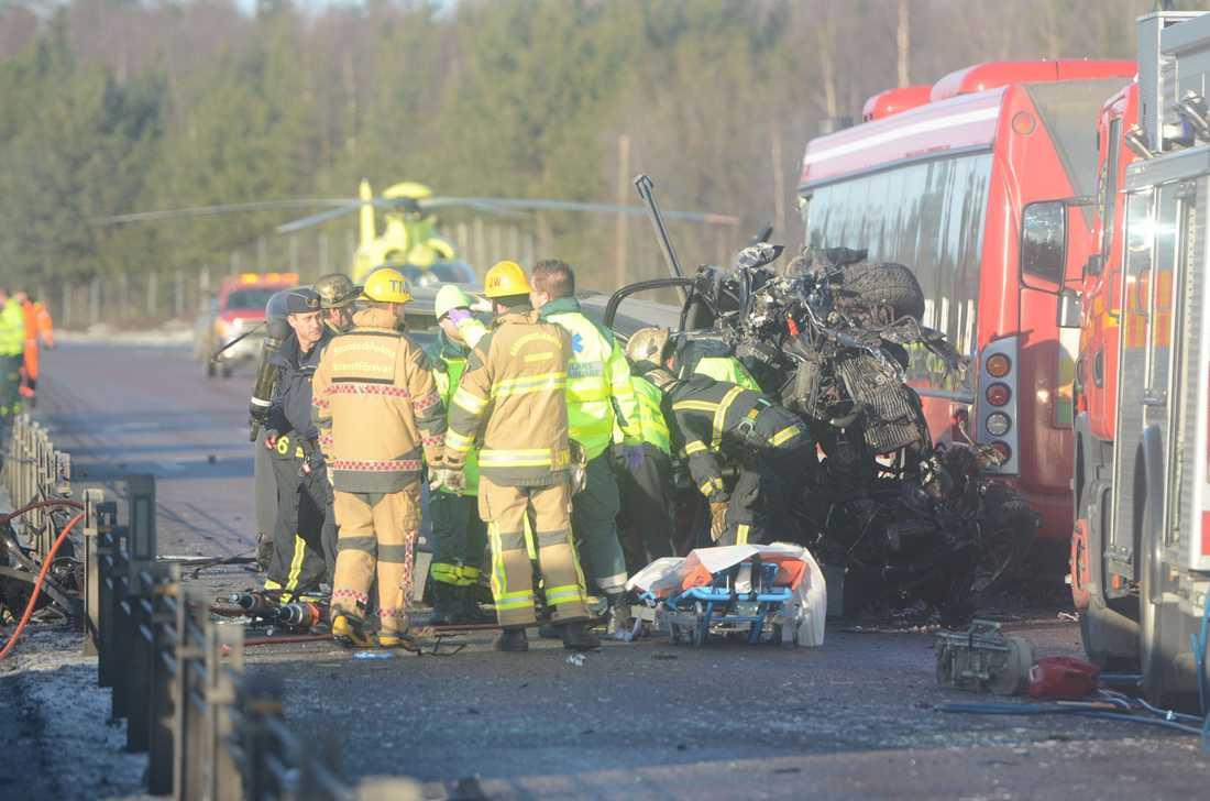 Krocken mellan bilen och bussen blev våldsam.