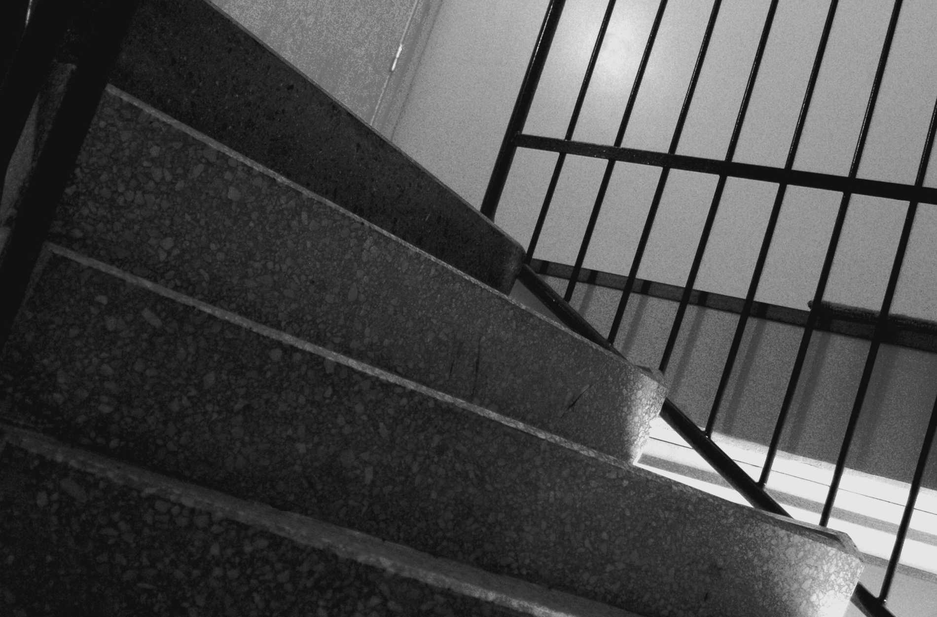 En man i Malmö döms för ofredande efter att ha tafsat på en kvinna i en trappuppgång och lämnat efter sig en burk. Arkivbild.