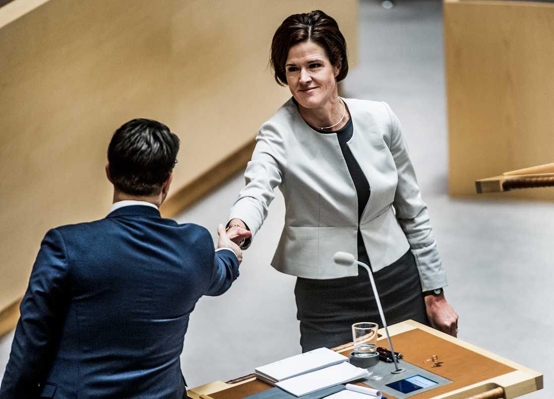 Om Sverigedemokraterna är ett parti Anna Kinberg Batra kan tänka sig ta emot stöd från efter valet 2018 har väljarna rätt att få reda på det. Här skakar  Anna Kinberg Batra och Jimmie Åkesson hand vid ett tidigare tillfälle.