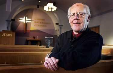 """""""JAG HAR RÄTT"""" Pastor Åke Green (för dagen lätt blesserad efter att ha halkat på en isfläck) är övertygad om att homosexualitet är en synd, och säger sig finna stöd för sin uppfattning i Bibeln. I går slog Göta hovrätt fast att det inte är hets mot folkgrupp att – som Åke Green i en predikan – kalla homosexuella för bland annat en """"cancersvulst på samhällskroppen."""""""
