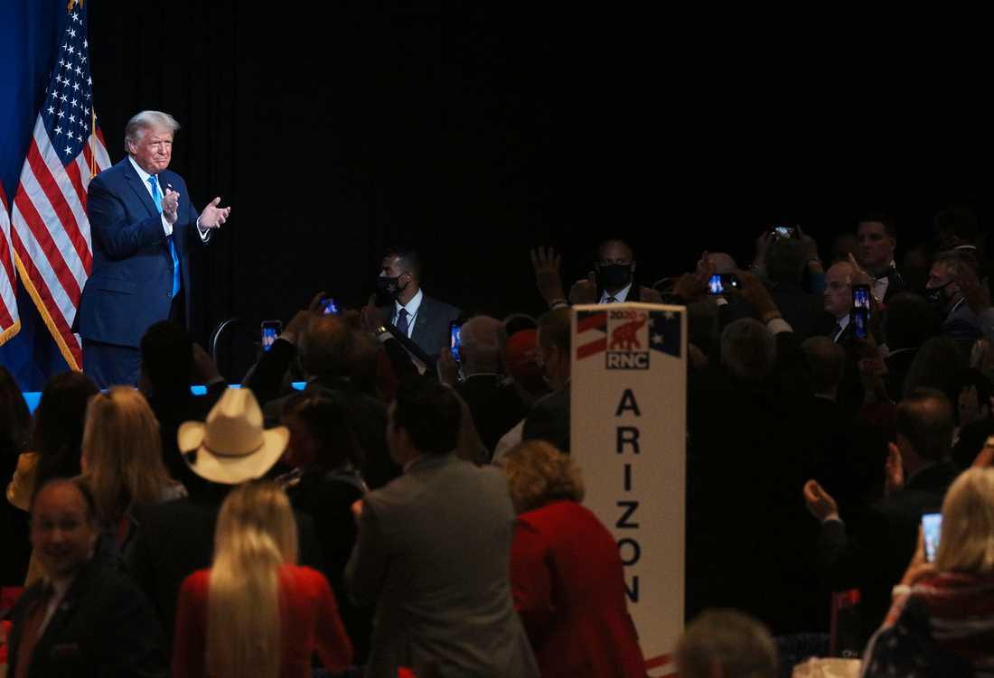 Varken presidenten eller de andra bar munskydd och flera medier noterade att de stod ganska nära varandra.
