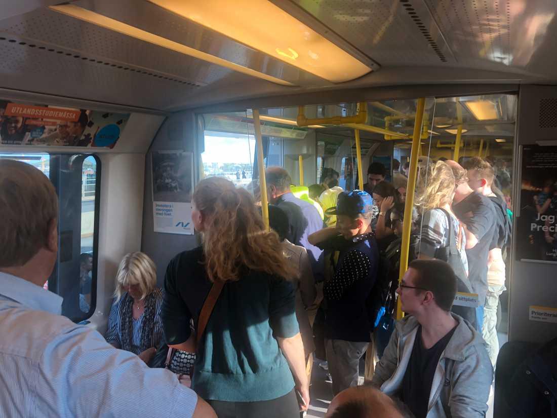 Resenärer evakueras från tåg som står still.